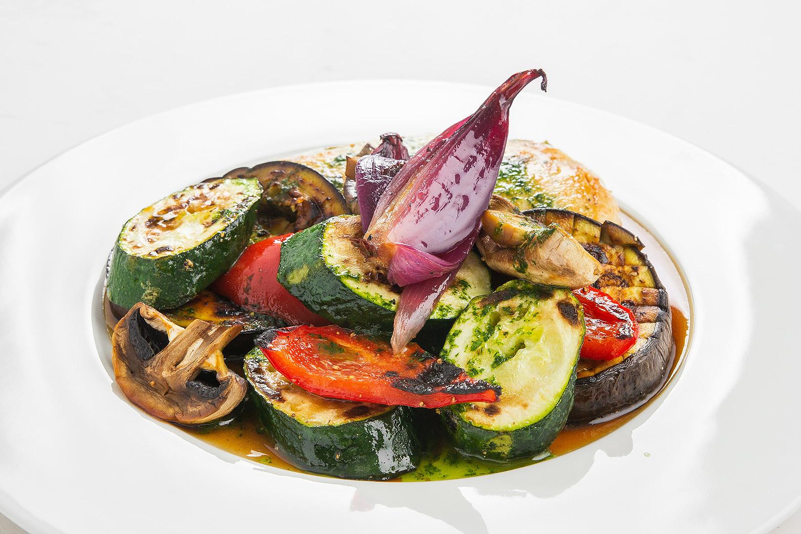 Куриная грудка на гриле с сезонными овощами и соусом чимичурри