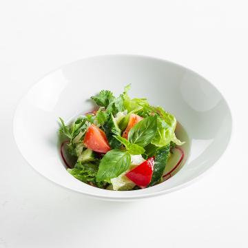 Салат со свежими овощами с грядки
