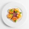 Сырники с карамельным соусом и сметаной