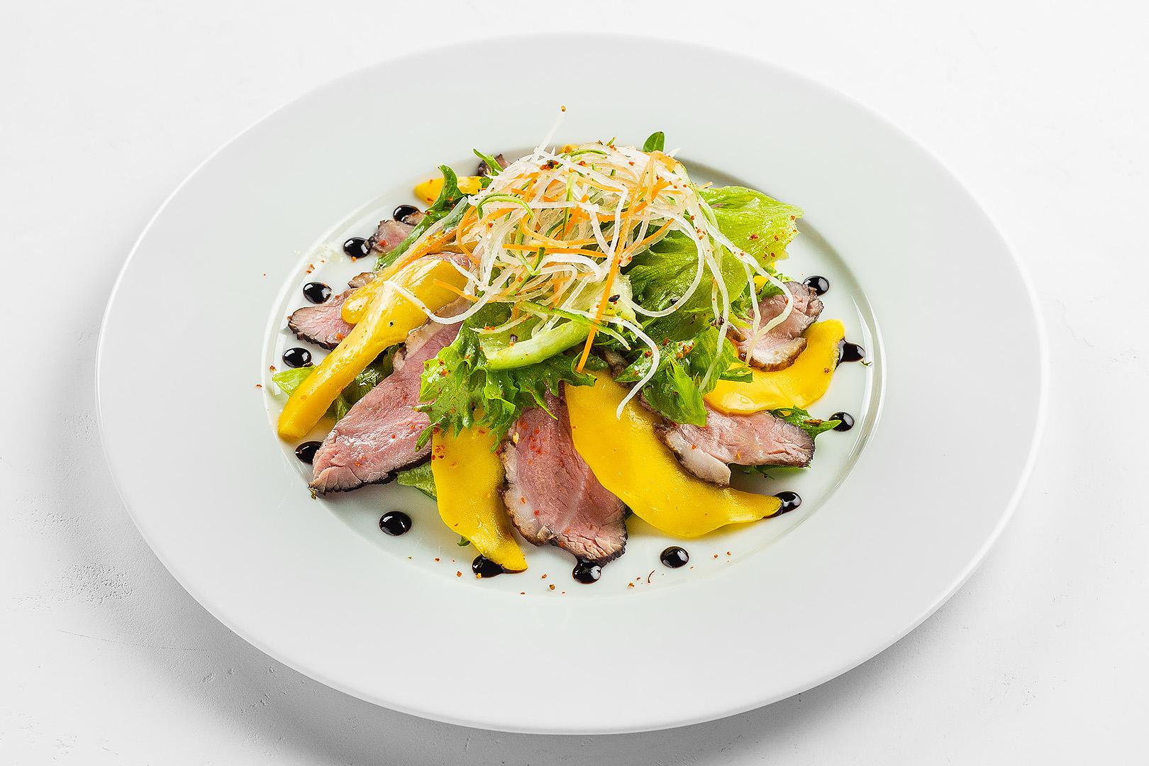 Салат с утиной грудкой,  манго и медово-имбирным соусом