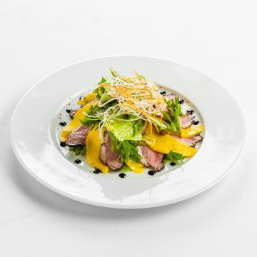 Салат с утиной грудкой и манго с имбирным дрессингом