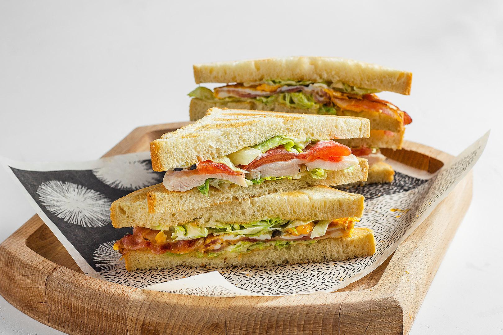 Сэндвич клаб с курицей и беконом
