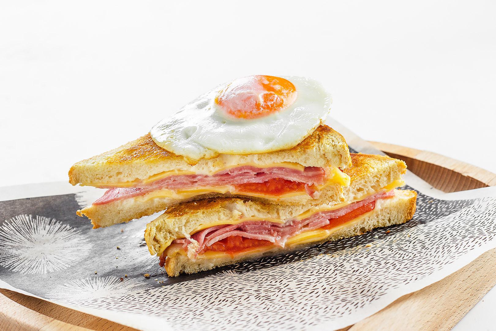 Cэндвич Крок мадам с тамбовским окороком и сыром