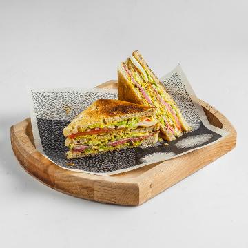 Сэндвич с ростбифом и томатами