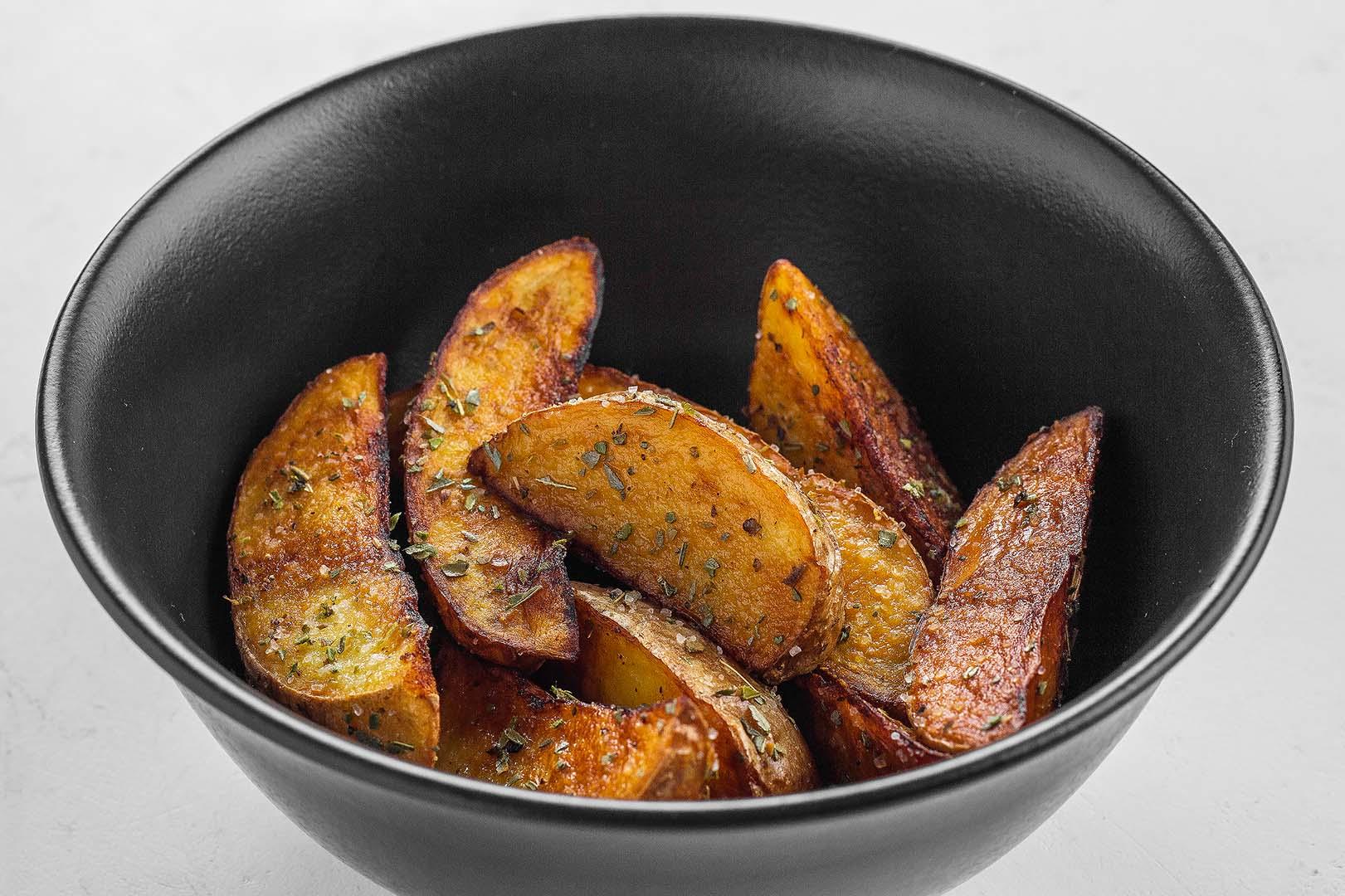 Картофель по-деревенски с домашним томатным соусом