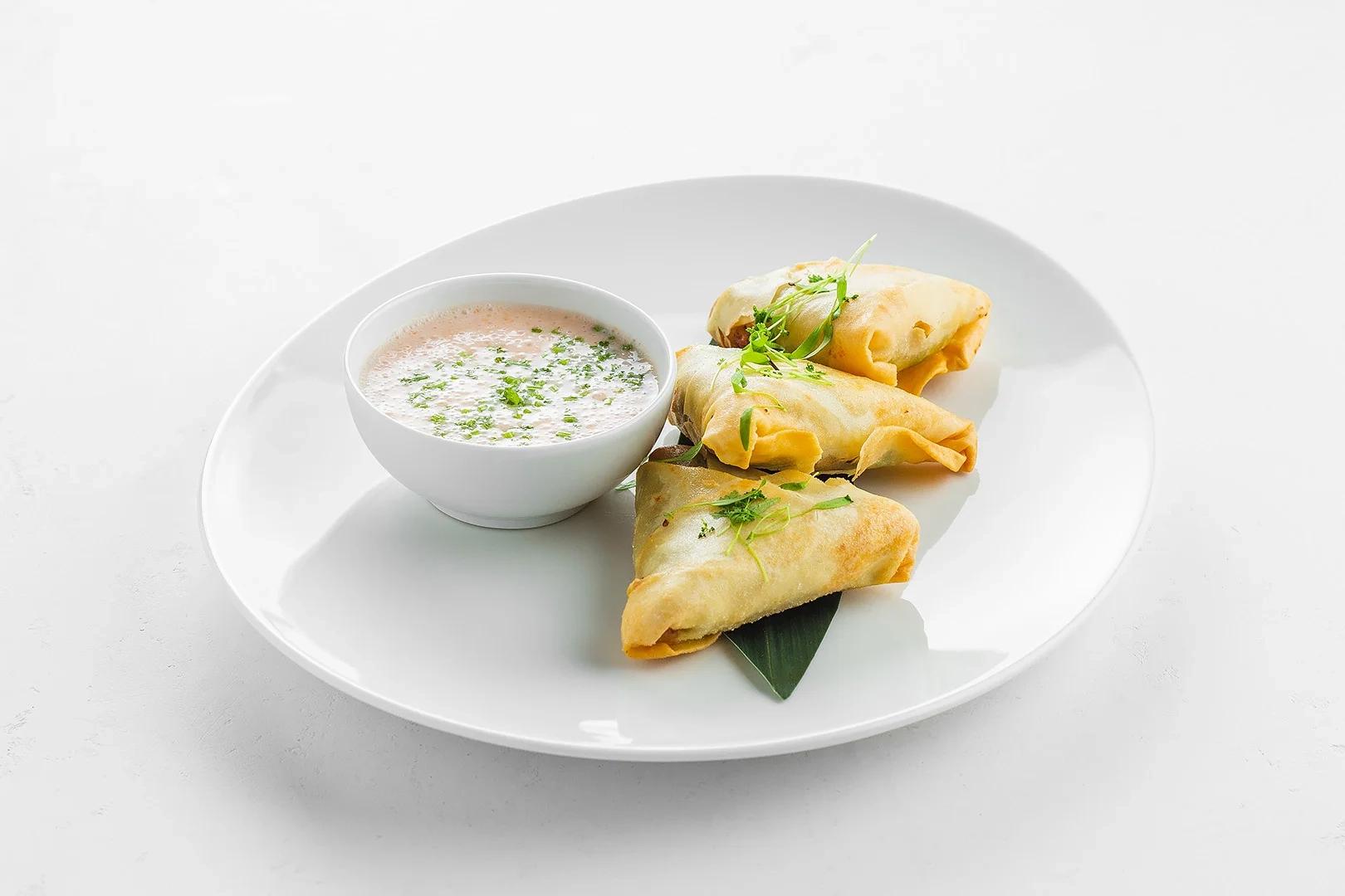 Индийские пирожки самоса с соусом кокос и манго