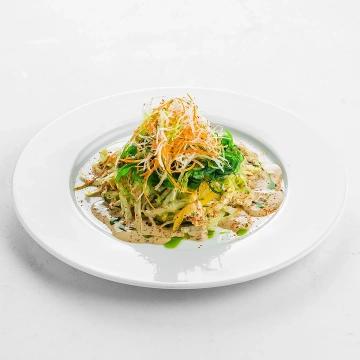 Салат чука с овощами и кунжутным дрессингом