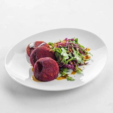 Свекольные котлеты с салатом из рукколы и трюфельной заправкой