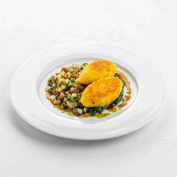 Зразы картофельные с молодым шпинатом и садовой сальсой из овощей