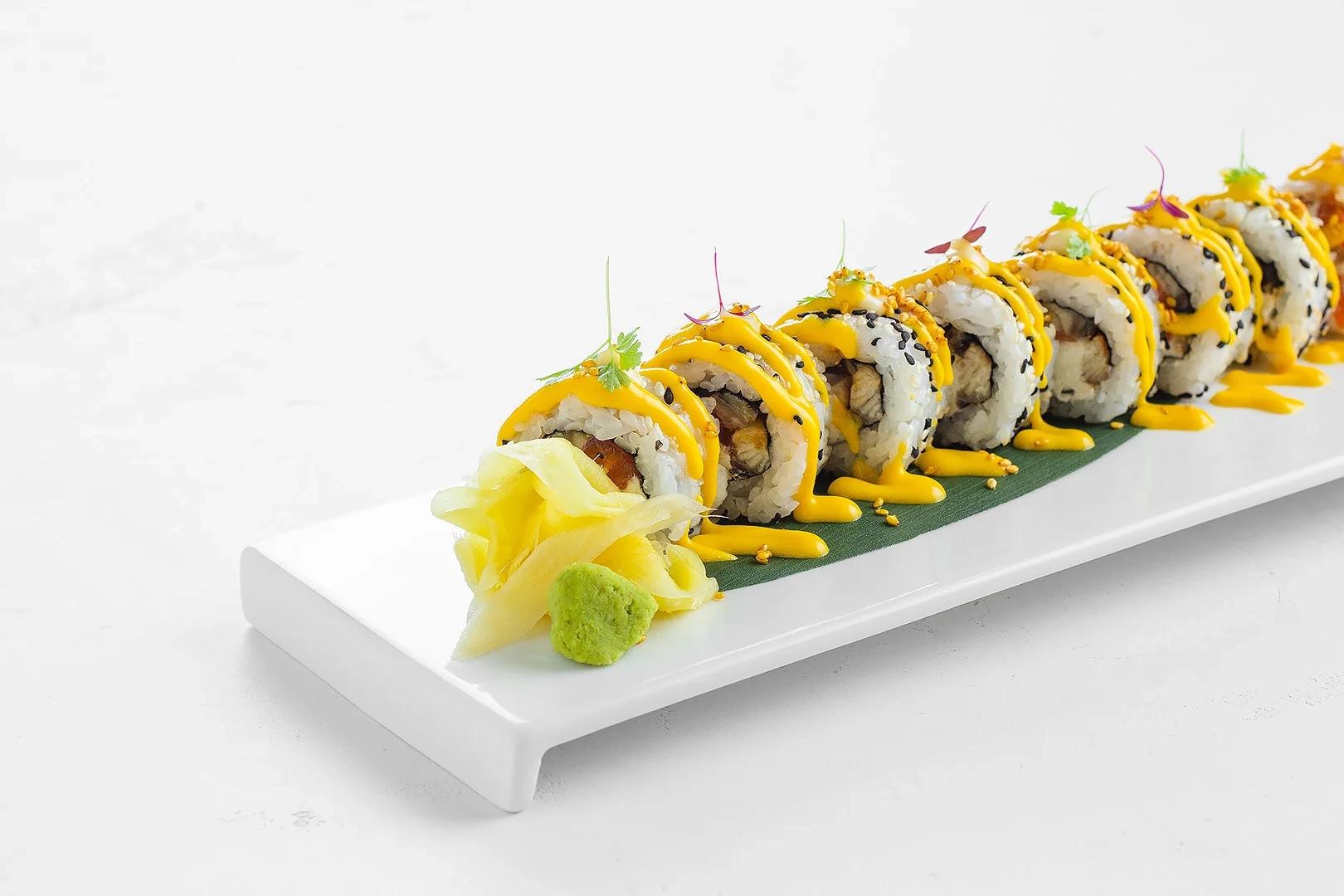 Ролл  Моримура с угрем, диким лососем и соусом манго-маракуйя