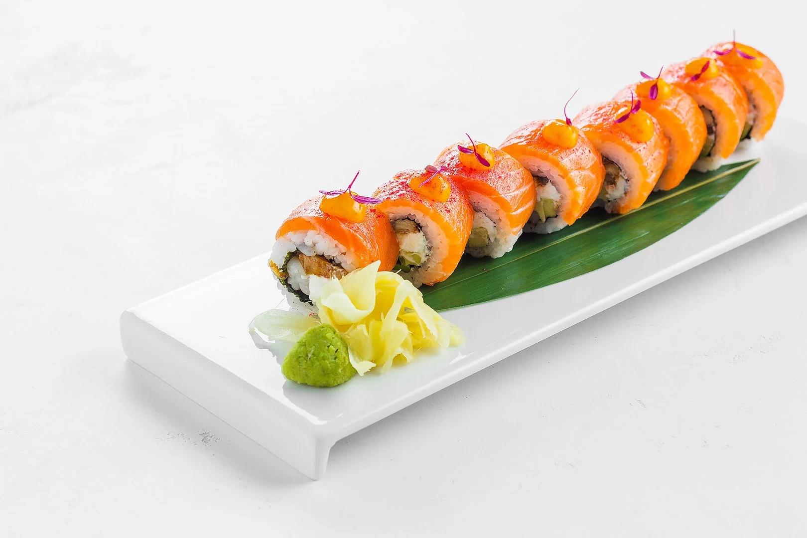 Ролл Такэдзи с диким лососем, угрем и креветкой