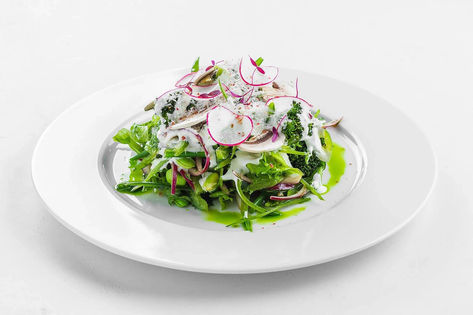 Салат по-Парижски с кенийской фасолью, молодым зелёным горошком, грибами и сметанным соусом