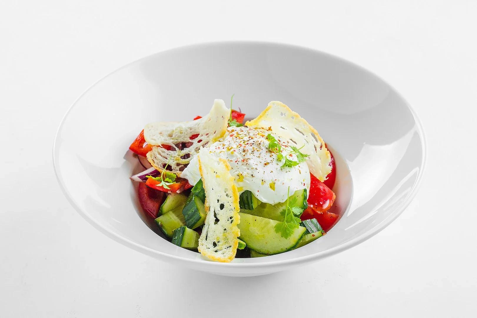 Греческий салат с воздушным муссом из подкопченной брынзы