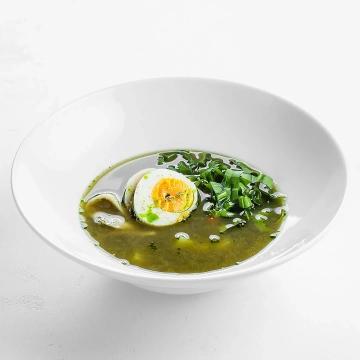 Насыщенный куриный суп с молодым щавелем и яйцом