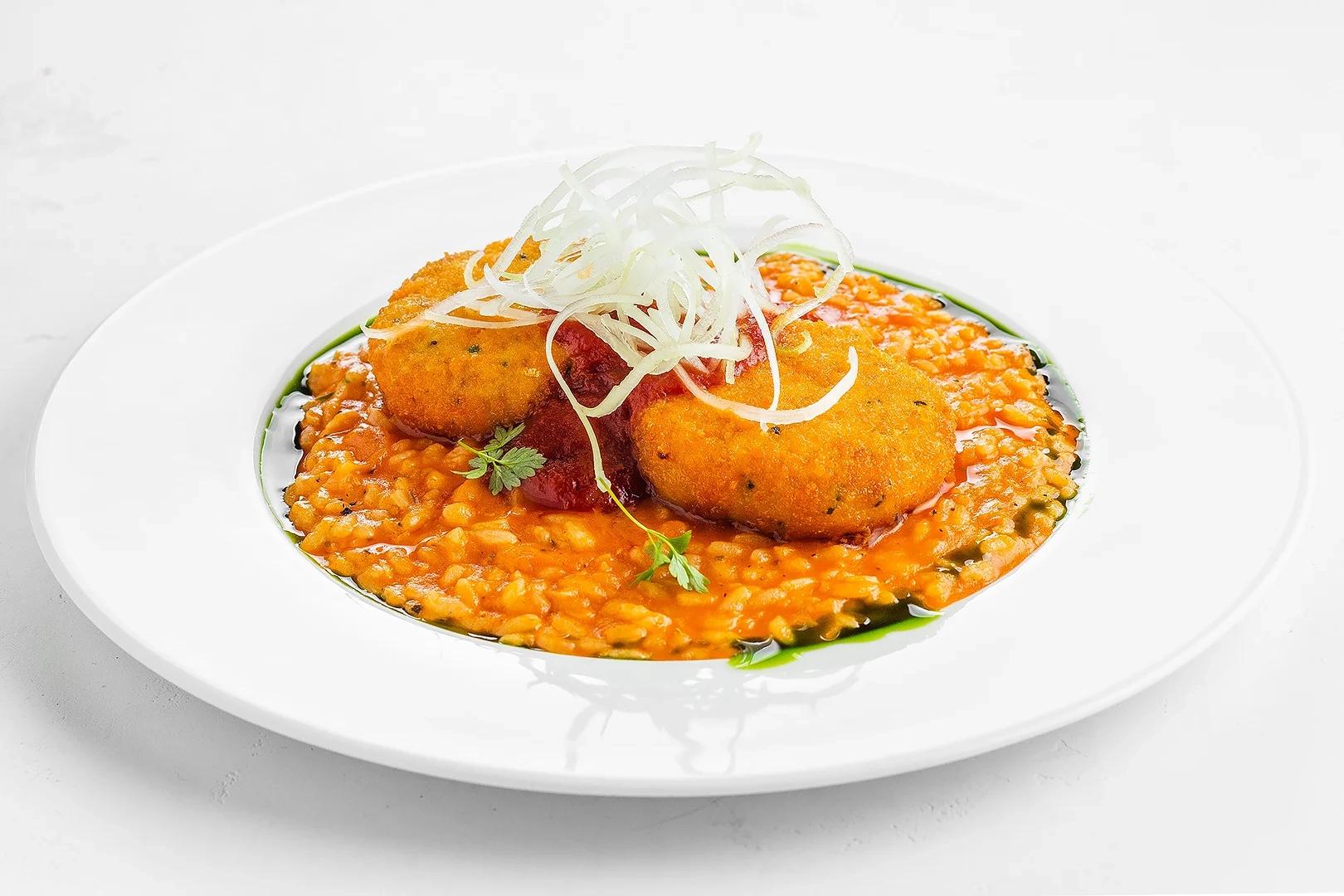 Котлеты из лосося с томатным ризотто