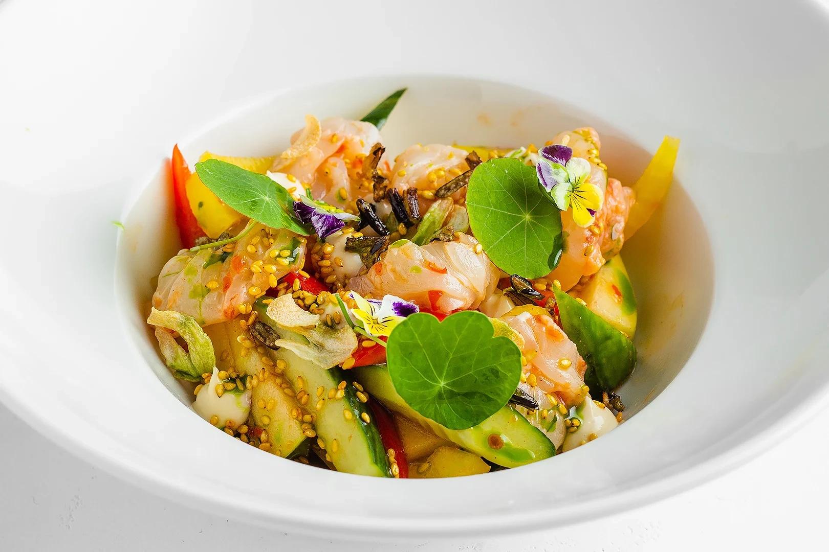 Севиче из креветок с хрустящими овощами в соусе кимчи
