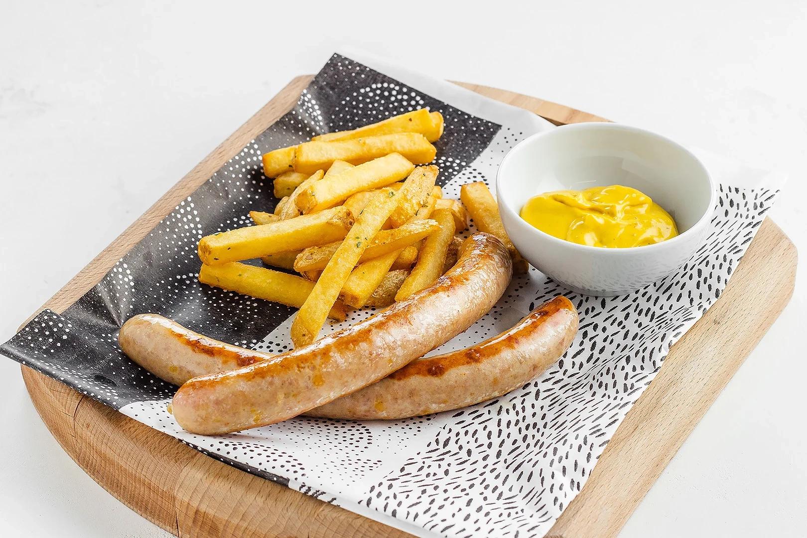 Колбаски братвурст с картофелем фри и горчичным соусом