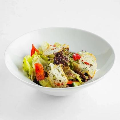 Салат с ростбифом и заправкой семенами лука колонжи
